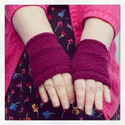 100 per cent cosy: Sat sit 'n' knit mitts - click on the pic to go to the project page on Ravelry